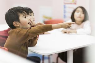 教室で授業を受ける子供たちの写真素材 [FYI01733475]