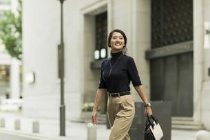 笑顔で歩くビジネスウーマンの写真素材 [FYI01733482]
