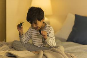 昆虫のおもちゃを手に持つ男の子の写真素材 [FYI01733483]