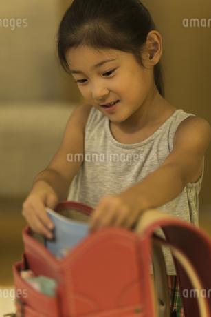 ランドセルに荷物を入れる女の子の写真素材 [FYI01733485]