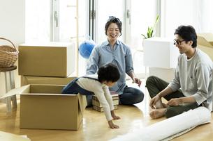 引越しの作業をする家族の写真素材 [FYI01733496]