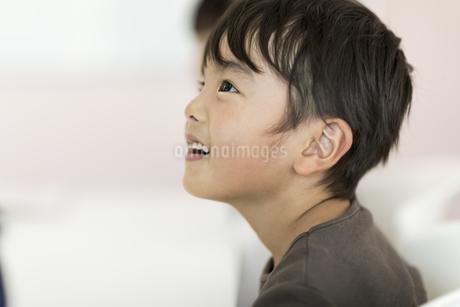 教室で授業を受ける男の子の写真素材 [FYI01733498]