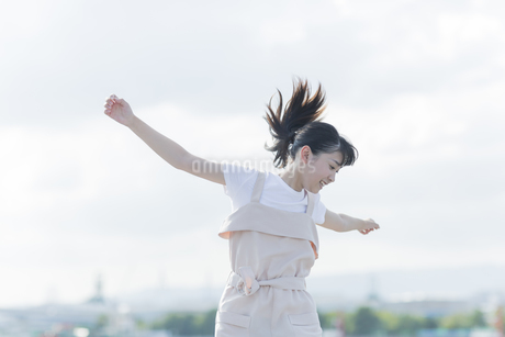 ジャンプをする女の子の写真素材 [FYI01733505]