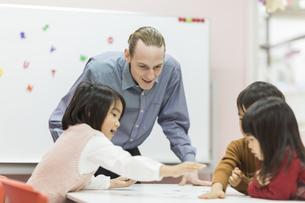 英語の授業をする先生と子供たちの写真素材 [FYI01733508]