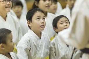 空手の稽古中の子供たちの写真素材 [FYI01733512]