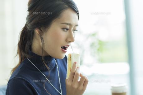 ランチを食べるビジネスウーマンの写真素材 [FYI01733513]