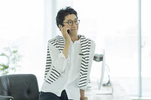 電話をするビジネスマンの写真素材 [FYI01733517]