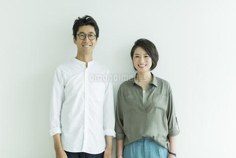 笑顔の男女ポートレートの写真素材 [FYI01733522]