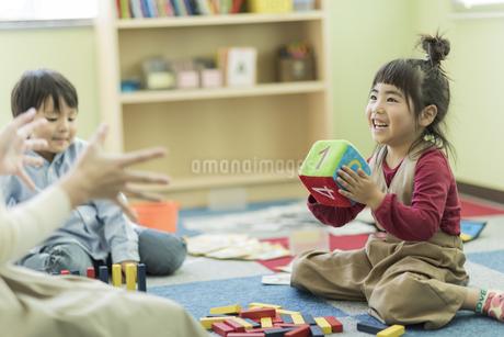 幼児教室で学ぶ子供たちの写真素材 [FYI01733527]