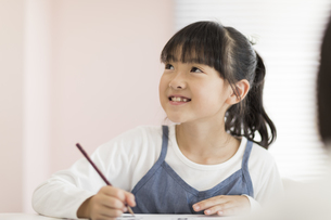 教室で授業を受ける女の子の写真素材 [FYI01733541]