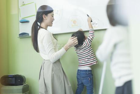授業中の先生と男の子の写真素材 [FYI01733557]