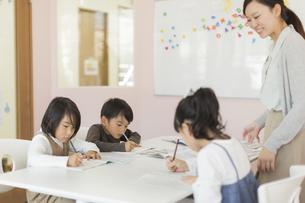 教室で勉強をする子供たちの写真素材 [FYI01733558]