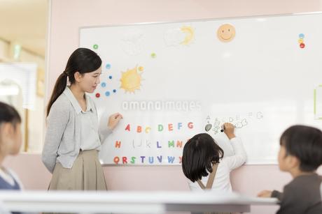 教室で英語を教える先生の写真素材 [FYI01733566]