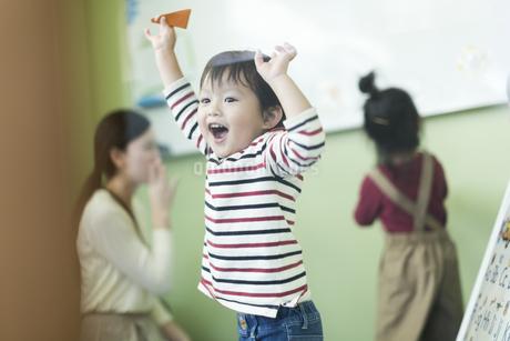教室で喜ぶ男の子の写真素材 [FYI01733577]
