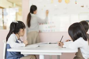 教室で授業を受ける子供たちの写真素材 [FYI01733581]