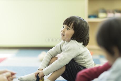 幼児教室で学ぶ男の子の写真素材 [FYI01733587]