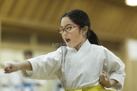 空手の稽古をする女の子の写真素材 [FYI01733596]
