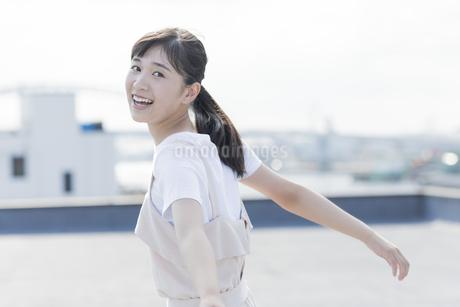 笑顔の女の子の写真素材 [FYI01733597]