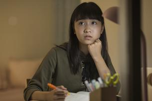 机で勉強をする女の子の写真素材 [FYI01733598]