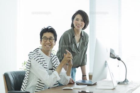 笑顔のビジネスマンとビジネスウーマンの写真素材 [FYI01733601]