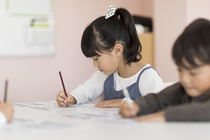 教室で勉強をする子供たちの写真素材 [FYI01733606]