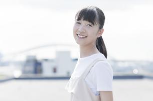 笑顔の女の子の写真素材 [FYI01733607]