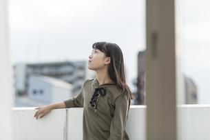 バルコニーで笑顔の女の子の写真素材 [FYI01733609]