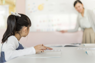 教室で勉強をする女の子の写真素材 [FYI01733614]