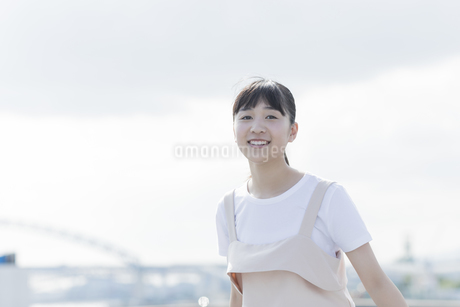 笑顔の女の子の写真素材 [FYI01733619]