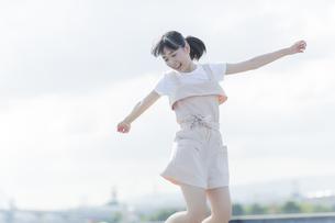 ジャンプをする女の子の写真素材 [FYI01733621]