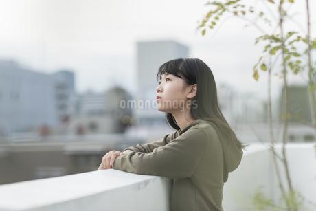 バルコニーから外を眺める女の子の写真素材 [FYI01733633]