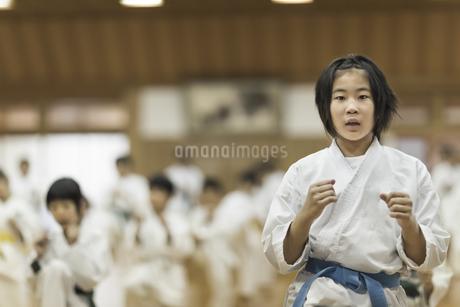 空手の稽古をする女の子の写真素材 [FYI01733634]