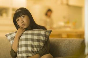 ソファーに座る女の子の写真素材 [FYI01733635]