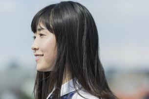 笑顔の女子学生の写真素材 [FYI01733640]