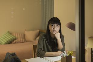 机で勉強をする女の子の写真素材 [FYI01733642]