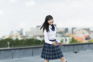 ダンスの練習をする女子学生の写真素材 [FYI01733644]