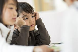 教室で勉強をする子供たちの写真素材 [FYI01733646]