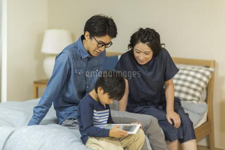 タブレットPCを見る家族の写真素材 [FYI01733648]