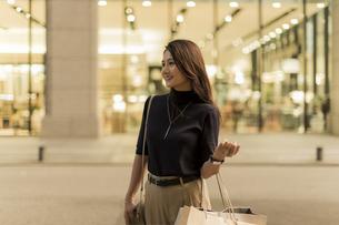 ショッピングをする若い女性の写真素材 [FYI01733650]