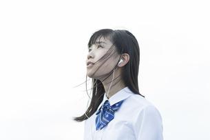 イヤホンで音楽を聴く女子学生の写真素材 [FYI01733651]