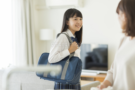 笑顔の女子学生の写真素材 [FYI01733661]