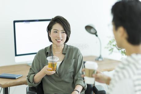 会話をするビジネスマンとビジネスウーマンの写真素材 [FYI01733669]
