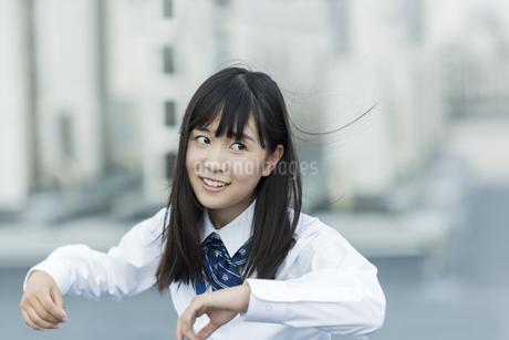 ダンスの練習をする女子学生の写真素材 [FYI01733675]