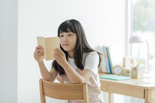 読書をする女の子の写真素材 [FYI01733676]