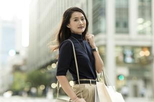 ショッピングバッグを持つ若い女性の写真素材 [FYI01733687]