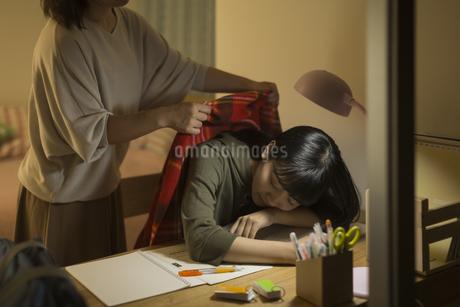 机で居眠りをする女の子の写真素材 [FYI01733689]