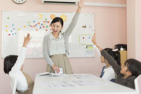 教室で英語を教える先生の写真素材 [FYI01733694]