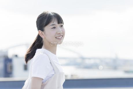 笑顔の女の子の写真素材 [FYI01733695]