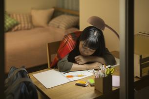 机で居眠りをする女の子の写真素材 [FYI01733698]