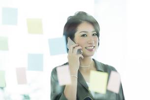 電話をするビジネスウーマンの写真素材 [FYI01733699]